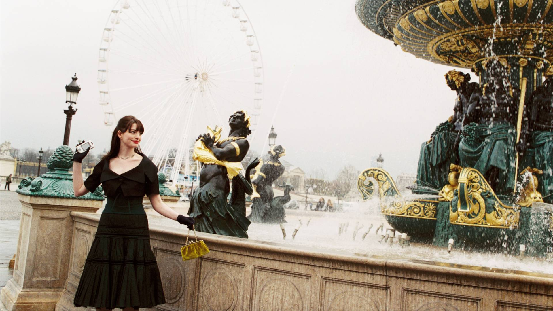 anne hathaway in the devil wears parada throws her phone into a fountain in paris after quitting her job